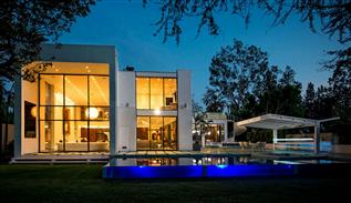 Modern house 1024 summit drive in Beverly Hills